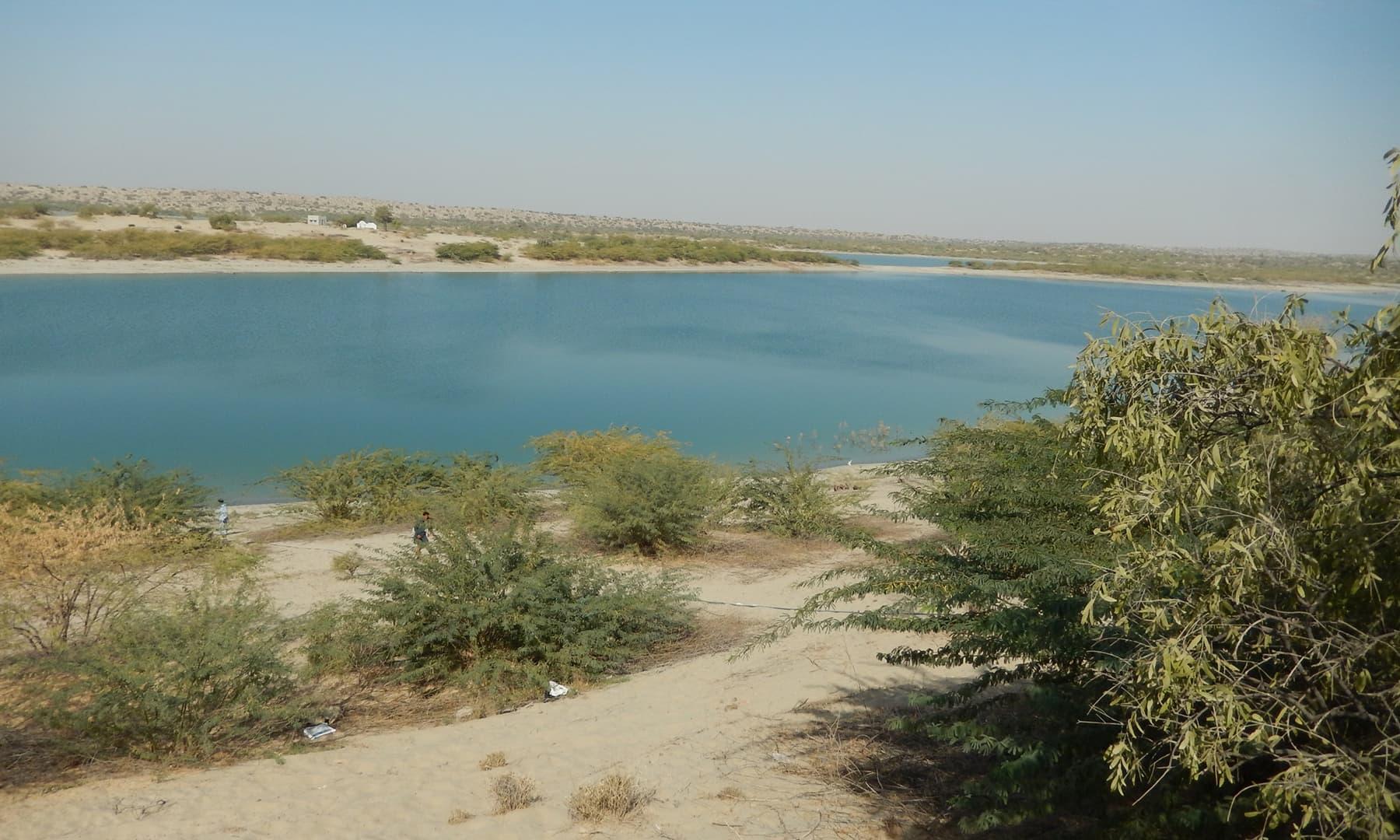 جھیل کی نیلی سطح پر سفر کرتے آپ کی کیفیتوں میں تبدیلی آتی ہے—تصویر ابوبکر شیخ