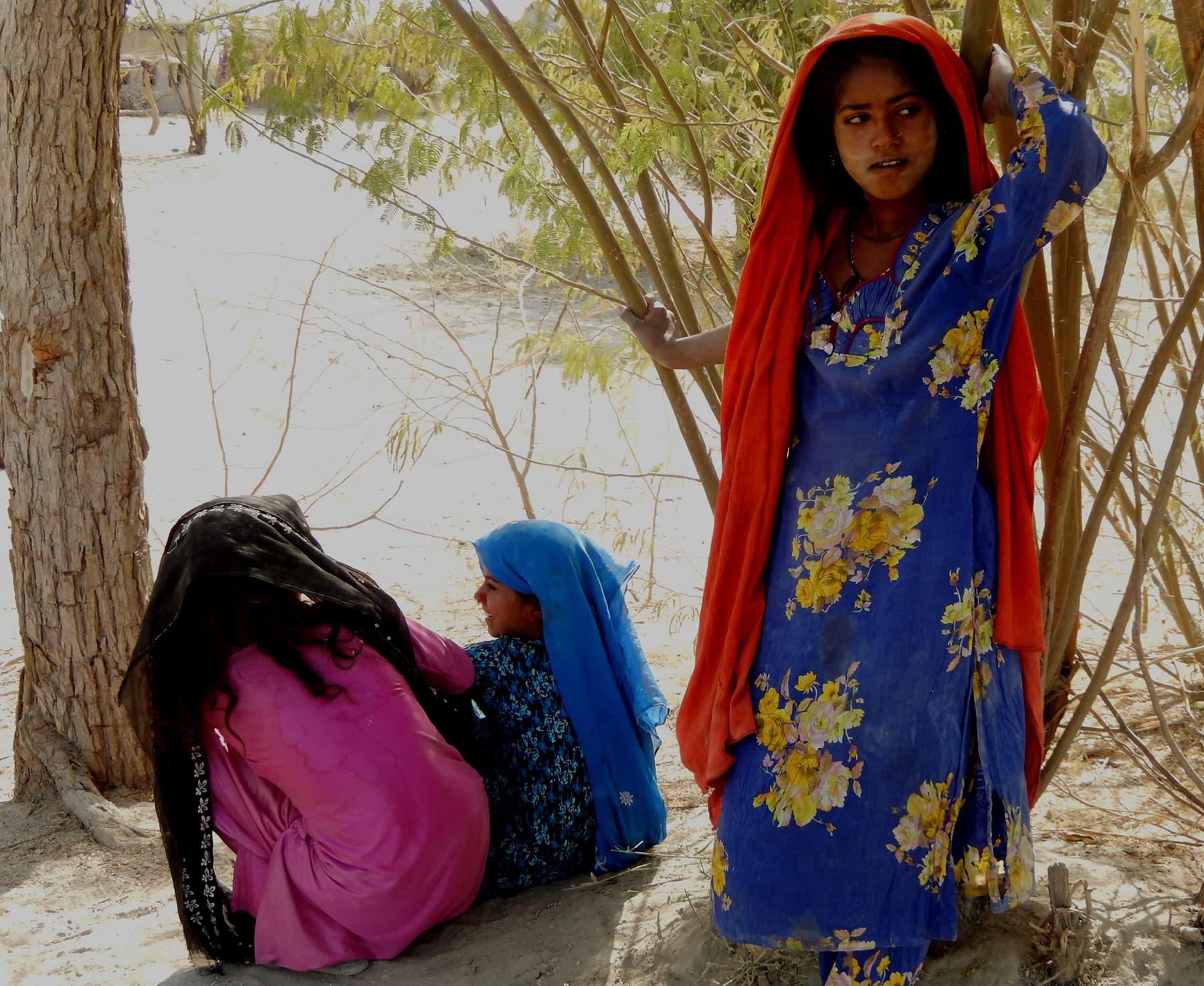 کلانکر جھیل کے قریب کھڑی ایک لڑکی—تصویر ابوبکر شیخ