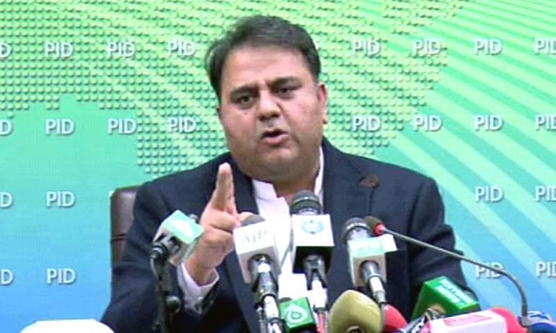 فواد چوہدری نے وفاقی کابینہ کے اجلاس کے بعد میڈیا کو بریفنگ دی — فوٹو: ڈان نیوز