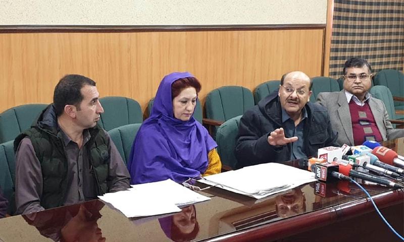 QUETTA: Civil Hospital medical superintendent Dr Saleem Abro addresses a press conference on Thursday.—Online