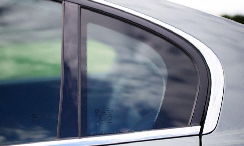 آخر گاڑیوں میں یہ شیشہ کیوں ہوتا ہے؟