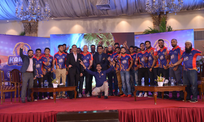 ٹیم کو آخری گیند تک لڑنے کی بات  — فوٹو بشکریہ کراچی کنگز ٹوئٹر اکاؤنٹس