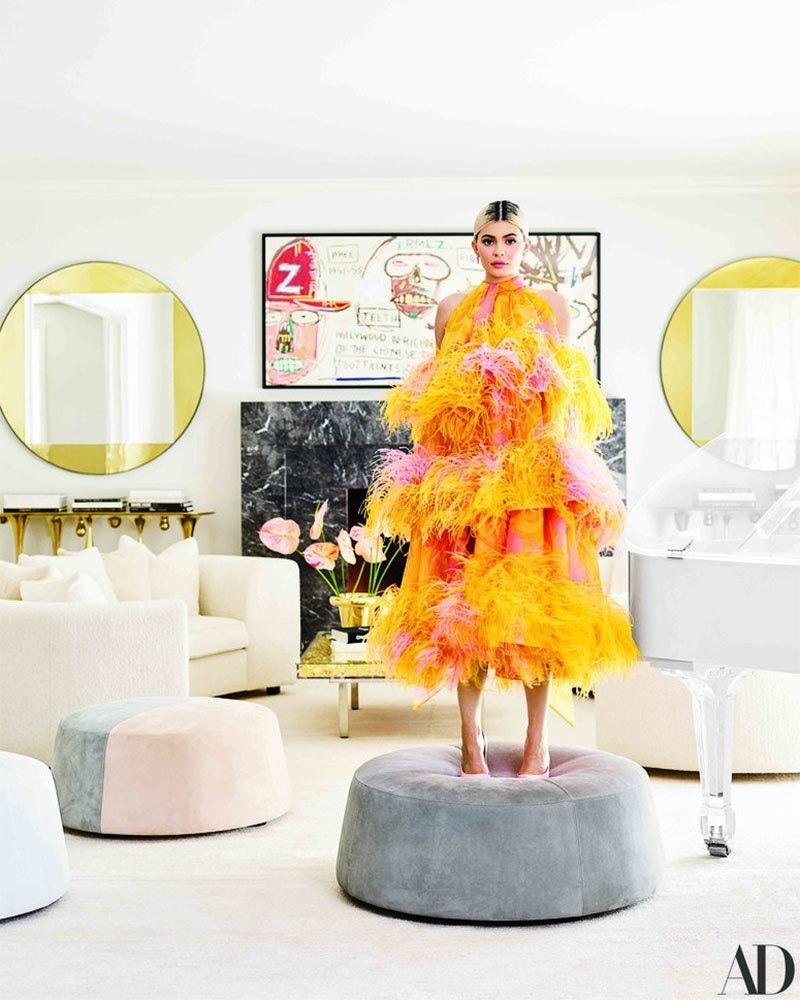 کایلی جینر اپنے لیونگ روم میں کھڑی ہیں — فوٹو بشکریہ آرکیٹکچوئل ڈائجسٹ