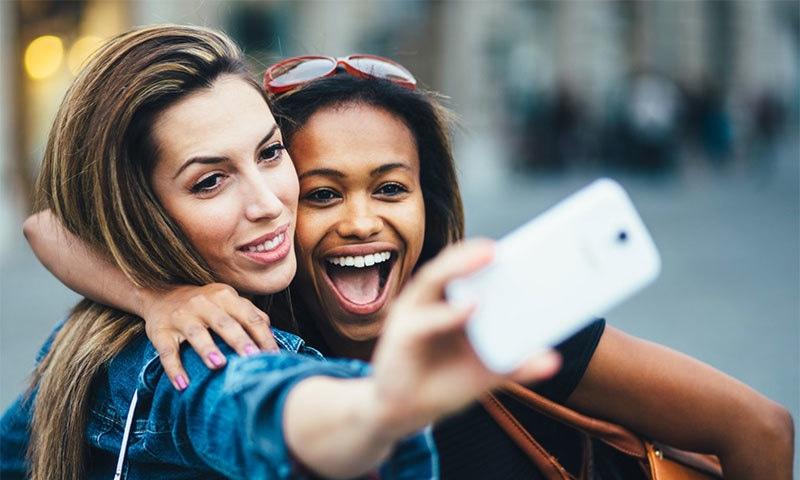 مارکیٹ میں دستیاب کونسے فونز سیلفی کا شوق پورا کرنے کے لیے بہترین ہیں— شٹر اسٹاک فوٹو