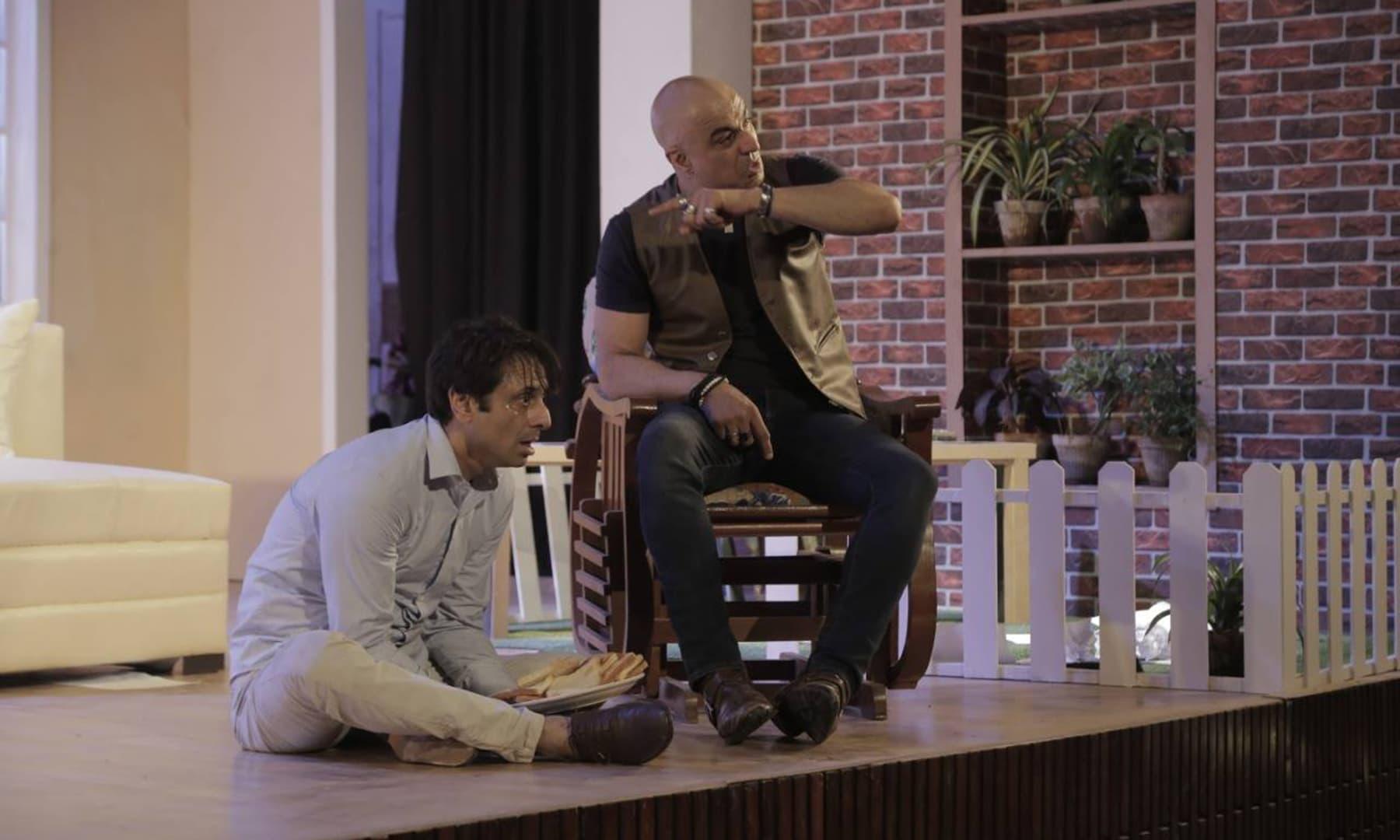 'بھائی بھائی' کی کہانی اور مزاج پاکستان میں پیش کیے جانے والے تھیٹر کے کھیلوں سے ذرا مختلف تھا