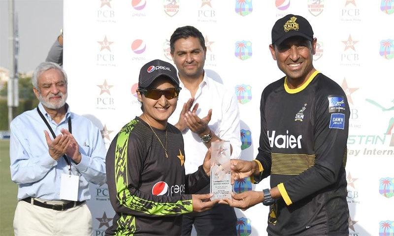 قومی ٹیم کے سابق کپتان یونس خان وومن ٹیم کی کپتان بسمہ معروف کو خصوصی شیلڈ پیش کر رہے ہیں— فوٹو: بشکریہ پی سی بی