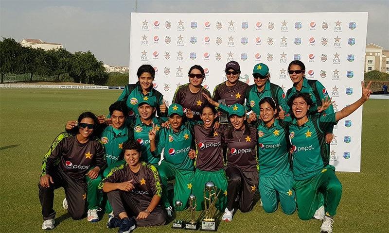 سیریز جیتنے کے بعد پاکستان وومن ٹیم کا ٹرافی کے ہمراہ فاتحانہ انداز— تصویر بشکریہ پی سی بی
