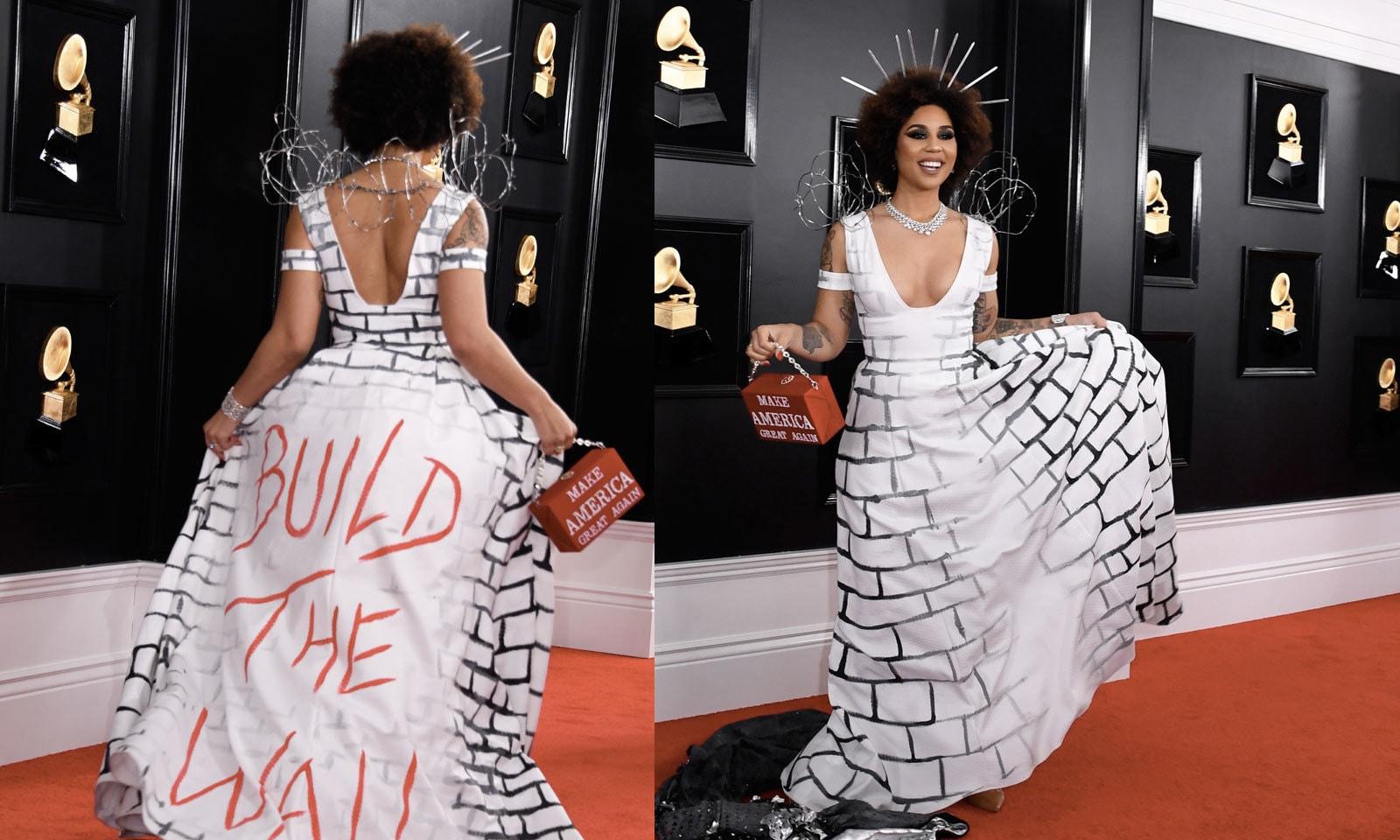 گلوکارہ جوئے ولا نے امریکی سرحد پر دیوار کی حمایت کا لباس زیب تن کیا  — فوٹو: اے ایف پی