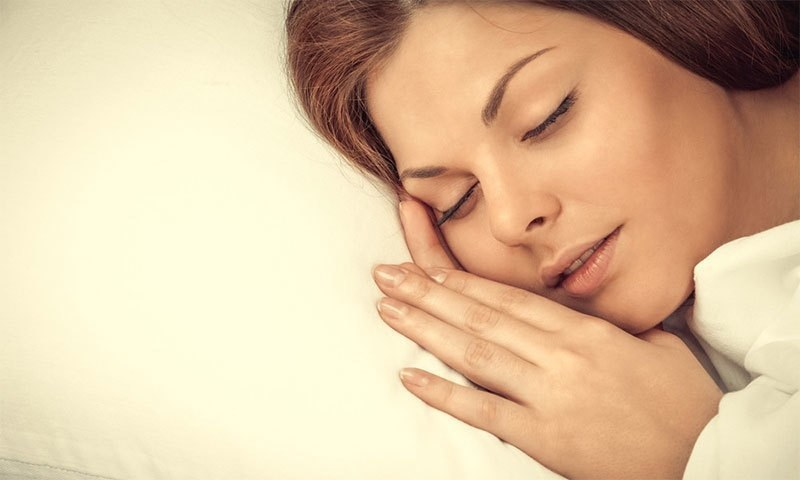 آپ حقیقی معنوں میں نیند کے دوران توند کی چربی گھلاسکتے ہیں— شٹر اسٹاک فوٹو