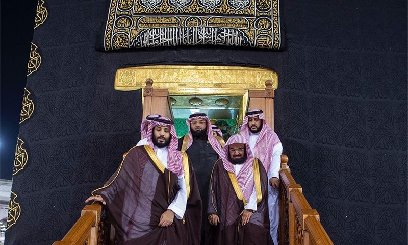 محمد بن سلمان امام کعبہ شیخ عبدالرحمان السدیس کے ہمراہ خانہ کعبہ سے باہر آ رہے ہیں— تصویر بشکریہ ٹوئٹر