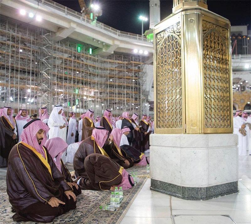 سعودی ولی عہد مسجد الحرام میں نماز ادا کر رہے ہیں— تصویر بشکریہ ٹوئٹر