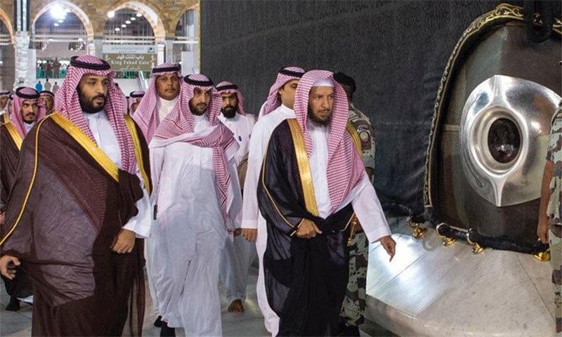 محمد بن سلمان حجر اسود کے پاس سے گزر رہے ہیں— تصویر بشکریہ ٹوئٹر