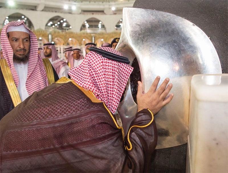سعودی ولی عہد حجر اسود کو بوسہ دے رہے ہیں— فوٹو بشکریہ ٹوئٹر