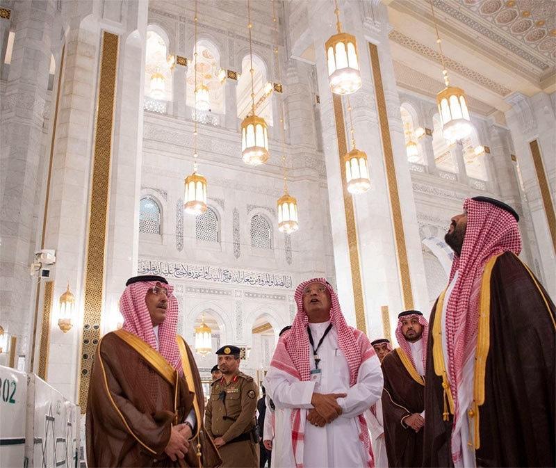 محمد بن مسجد الحرام کے اندرونی حصے میں موجود ہیں— تصویر بشکریہ ٹوئٹر