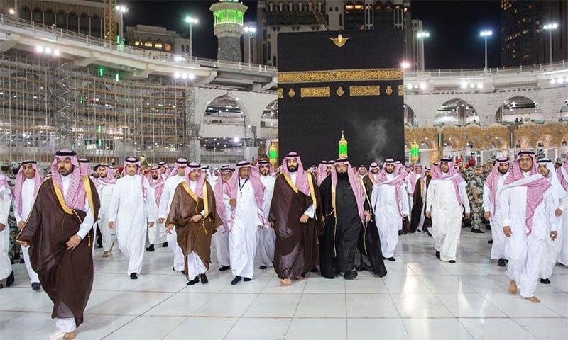 محمد بن سلمان مسجد الحرام کے دورے کے بعد واپس لوٹ رہے ہیں— تصویر بشکریہ ٹوئٹر