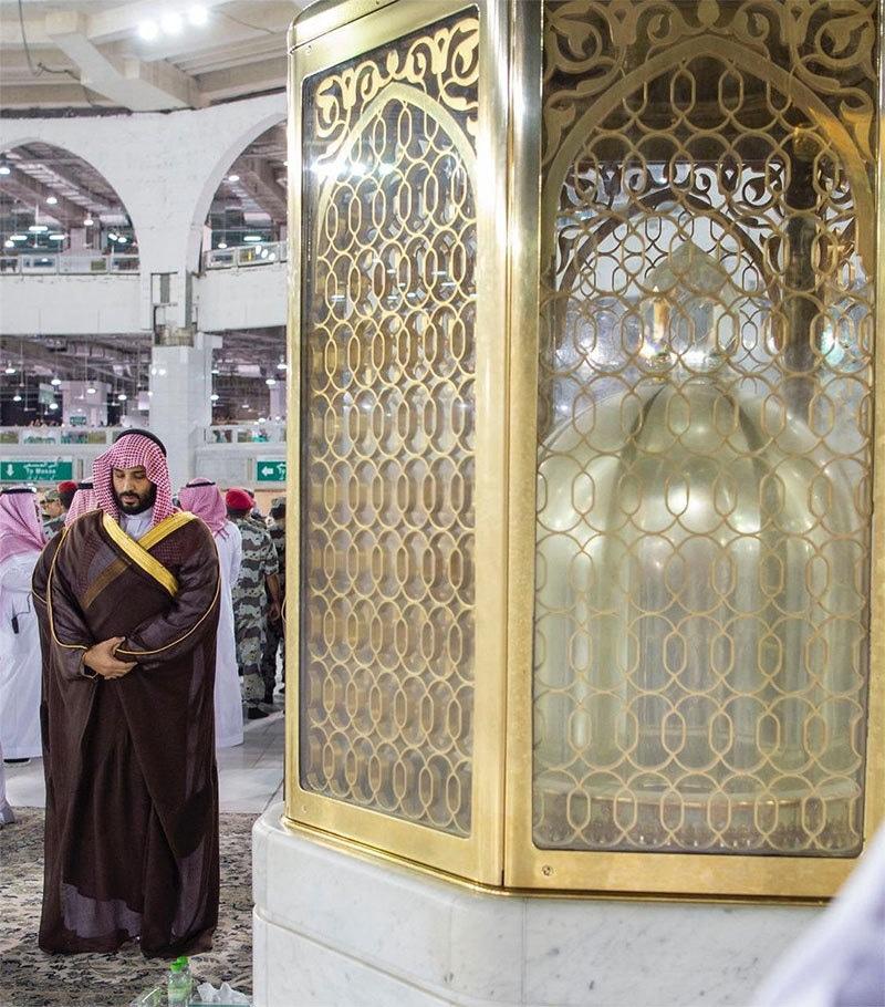 سعودی ولی عہد مقام ابراہیم کے پاس نماز ادا کر رہے ہیں— تصویر بشکریہ ٹوئٹر