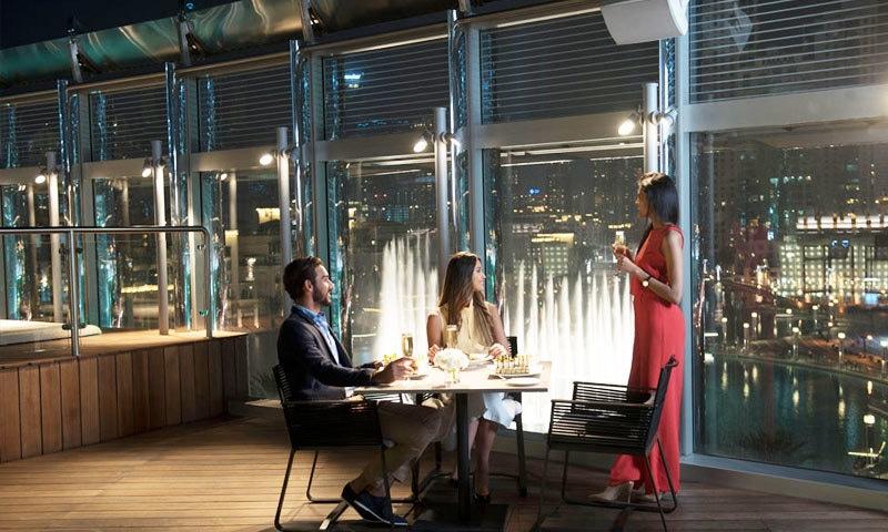 دنیا کے بلند ترین ہوٹل میں مختلف مشروب اور میٹھے کھانے مل سکیں گے—فوٹو: برج خلیفہ