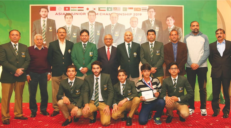 Chief of Air Staff Air Chief Marshal Mujahid Anwar Khan poses with the members of the victorious Pakistan team that won the Asian Junior Squash Championship