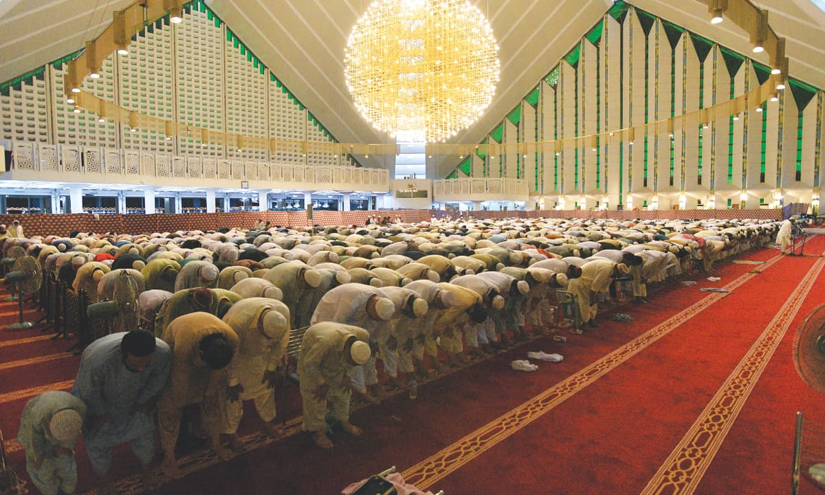 Worshippers praying at Faisal Mosque in Islamabad | Tanveer Shahzad, White Star
