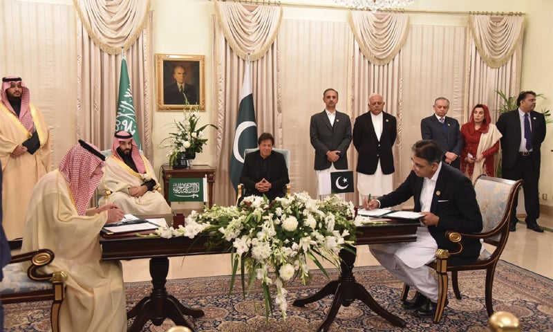 ISLAMABAD: Prime Minister Imran Khan and Crown Prince Mohammad bin Salman witness the signing of an MoU on Sunday.—White Star