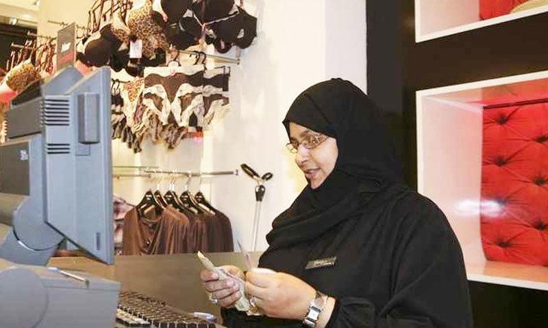 زیادہ تر خواتین سیلز کے شعبے میں نوکریاں کر رہی ہیں—فوٹو: زاویہ
