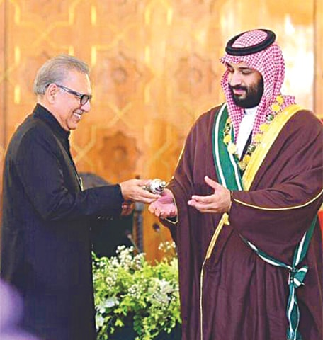 ISLAMABAD: President Dr Arif Alvi confers Nishan-i-Pakistan upon Saudi Crown Prince Mohammad bin Salman at Aiwan-i-Sadr on Monday.—White Star