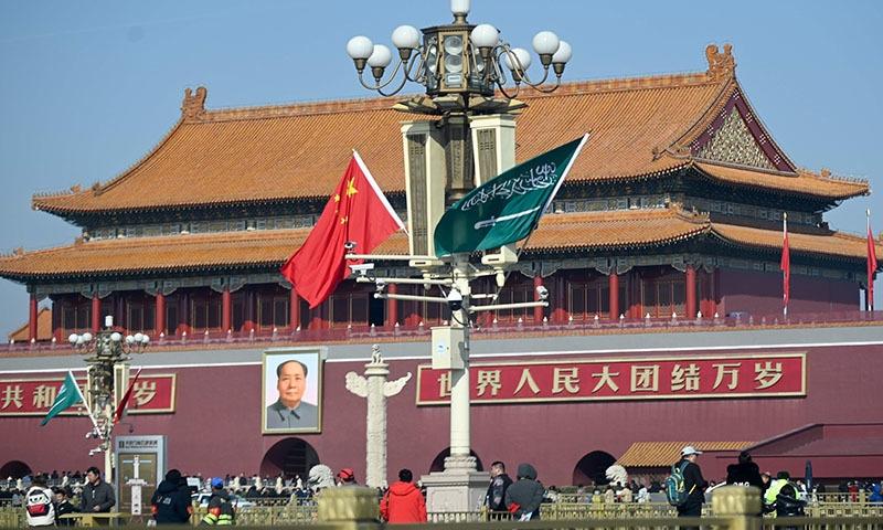 محمد بن سلمان کے دورے کے موقع پر تیانامن گیٹ کے سامنے سعودیہ اور چین کے پرچم آویزاں ہیں۔ فوٹو: اے ایف پی