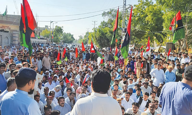 PPP activists protest against NAB in Nawabshah on Friday over arrest of Sindh Assembly Speaker Agha Siraj Durrani.—Dawn