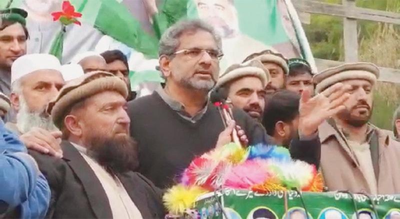 Balakot: Former prime minister and Pakistan Muslim League-Nawaz senior leader Shahid Khaqan Abbasi addressing a gathering here on Sunday.—Dawn