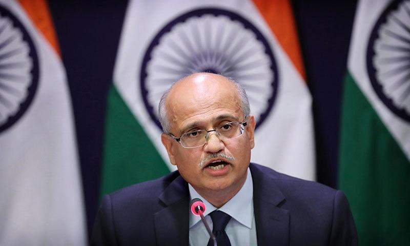 بھارتی سیکریٹری خارجہ وی کے گوکھالے پریس کانفرنس سے خطاب کر رہے ہیں— فوٹو: اے پی