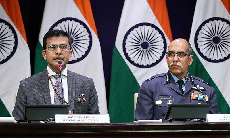 بھارتی وزارت خارجہ کے ترجمان رویش کمار فضائیہ کے سربراہ ایئر وائس مارشل آر جی کے کپور کے ہمراہ پریس کانفرنس سے خطاب کر رہے ہیں— فوٹو: اے ایف پی