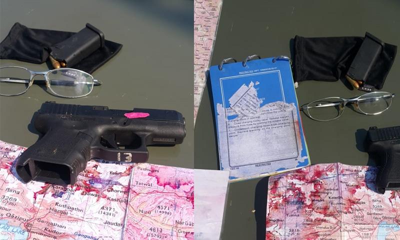 بھارتی پائلٹ کے پاس موجود پستول اور دیگر سامان—فوٹو: آئی ایس پی آر