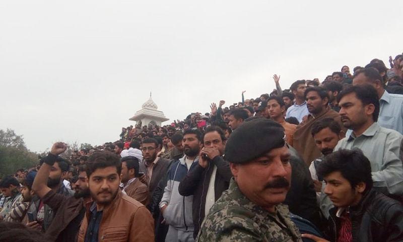 A listless crowd awaits the big moment. — Photo courtesy: Rana Bilal