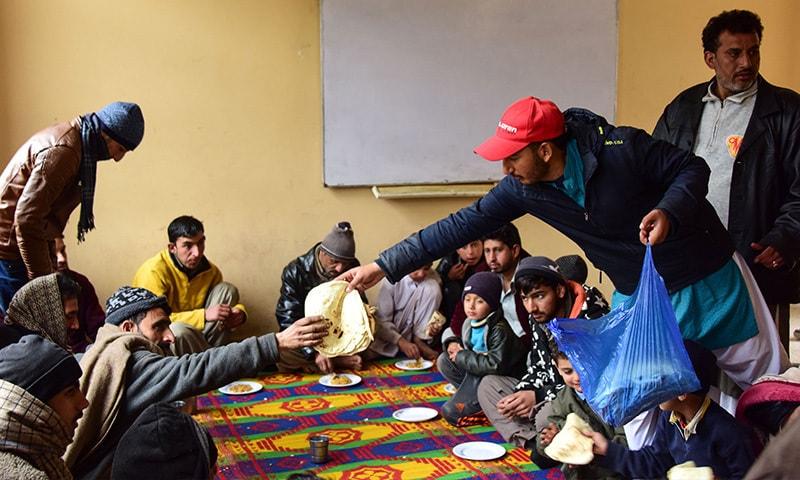 نقل مکانی کرنے والے افراد کو انتظامیہ نے خوراک فراہم کی—فوٹو: اے ایف پی