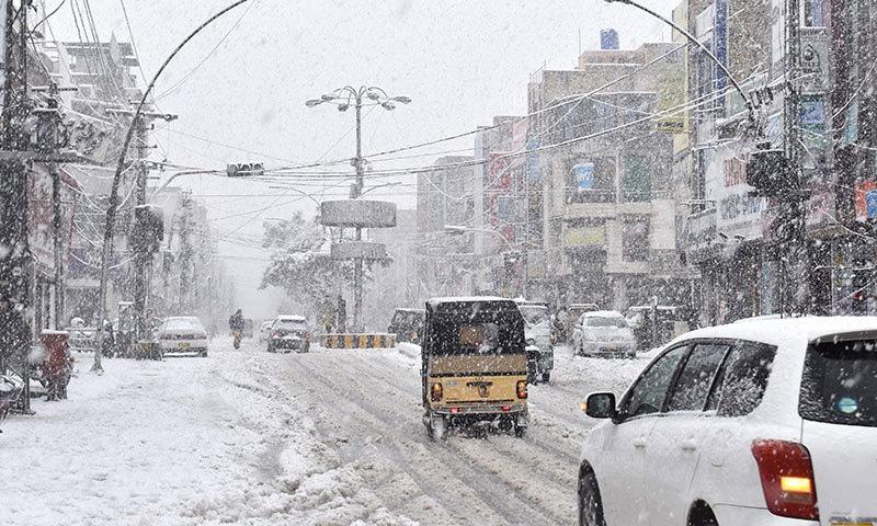 برف باری کے دوران کوئٹہ کی ایک سڑک کا خوبصورت منظر— فوٹو: اے ایف پی