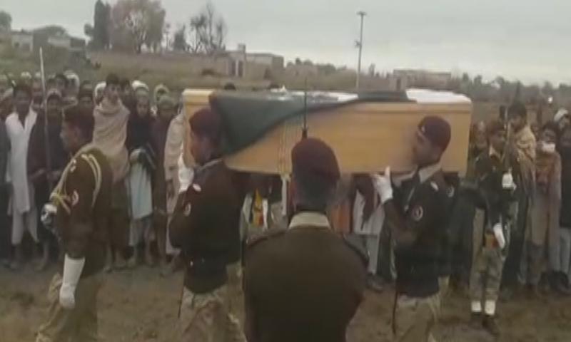 پاک فوج کا چاق و چوبند دستے نے شہید کے جسد خاکی کو سلامی پیش کی — فوٹو: ڈان نیوز