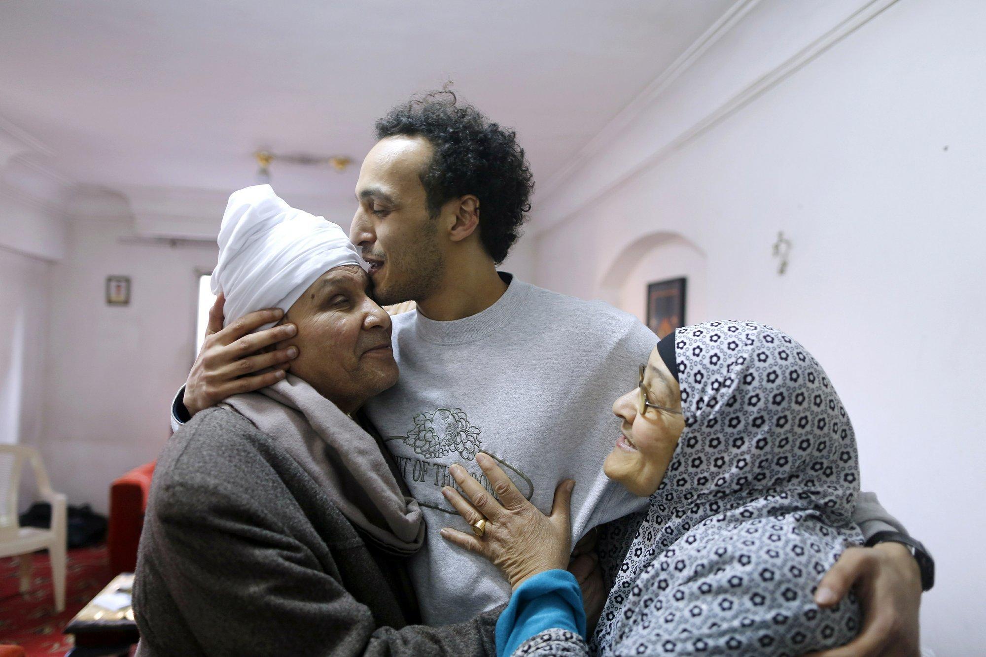 رہائی کے بعد پولیس اسٹیشن میں رپورٹ دی—فوٹو:اے پی