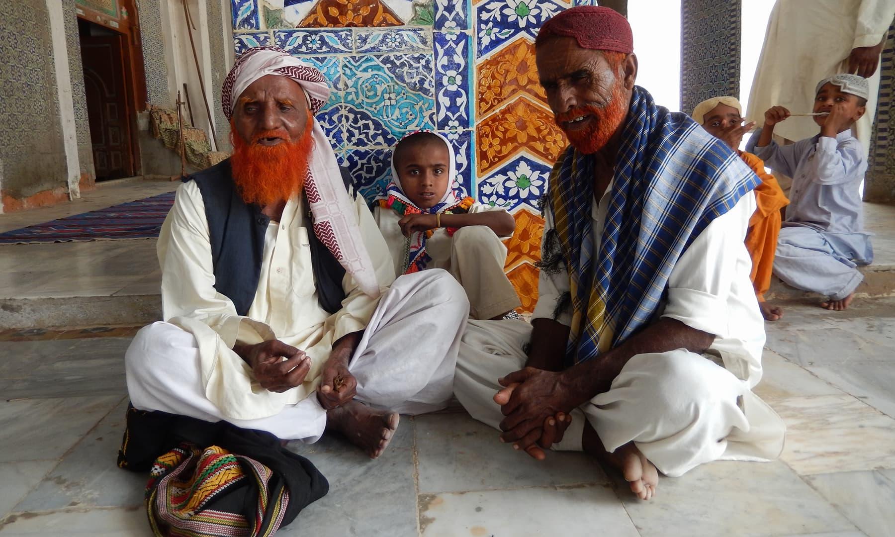 درگاہ پر موجود نعت پڑھنے والے—ابوبکر شیخ