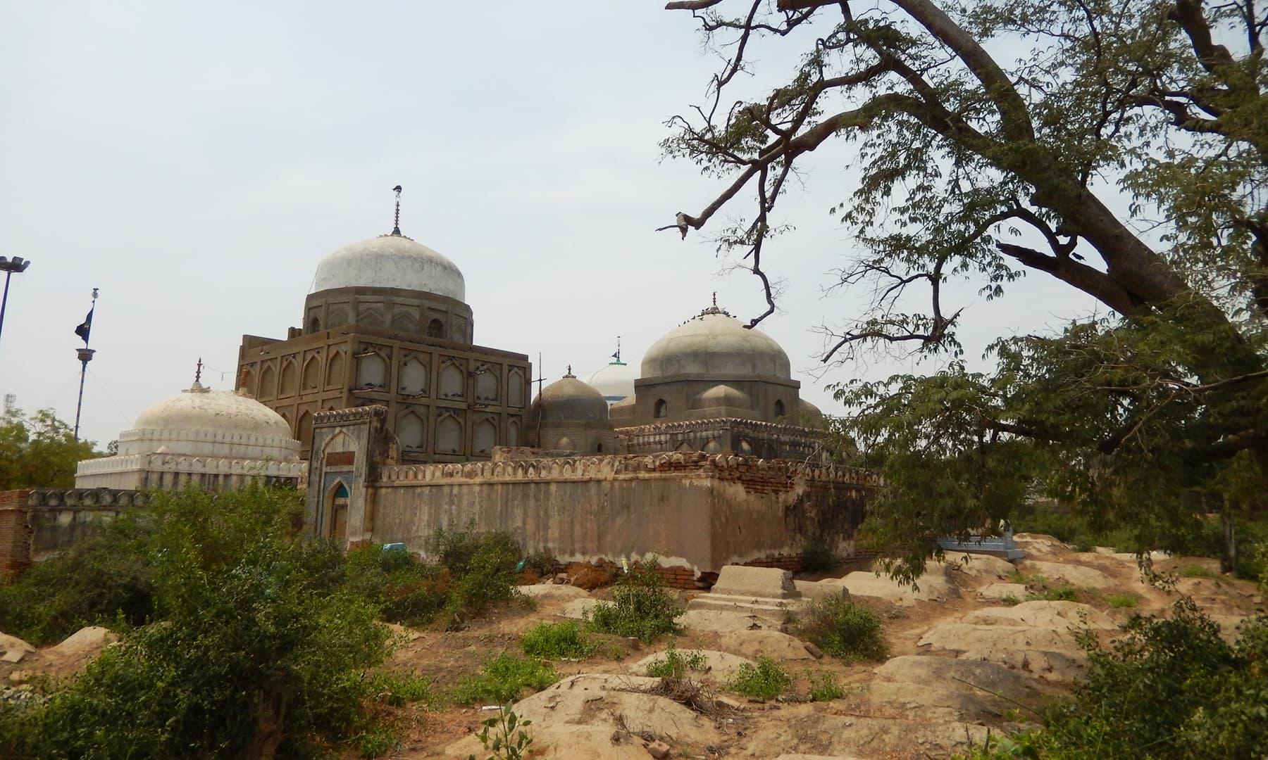 درگاہ کے پاس قدیم قبرستان—ابوبکر شیخ