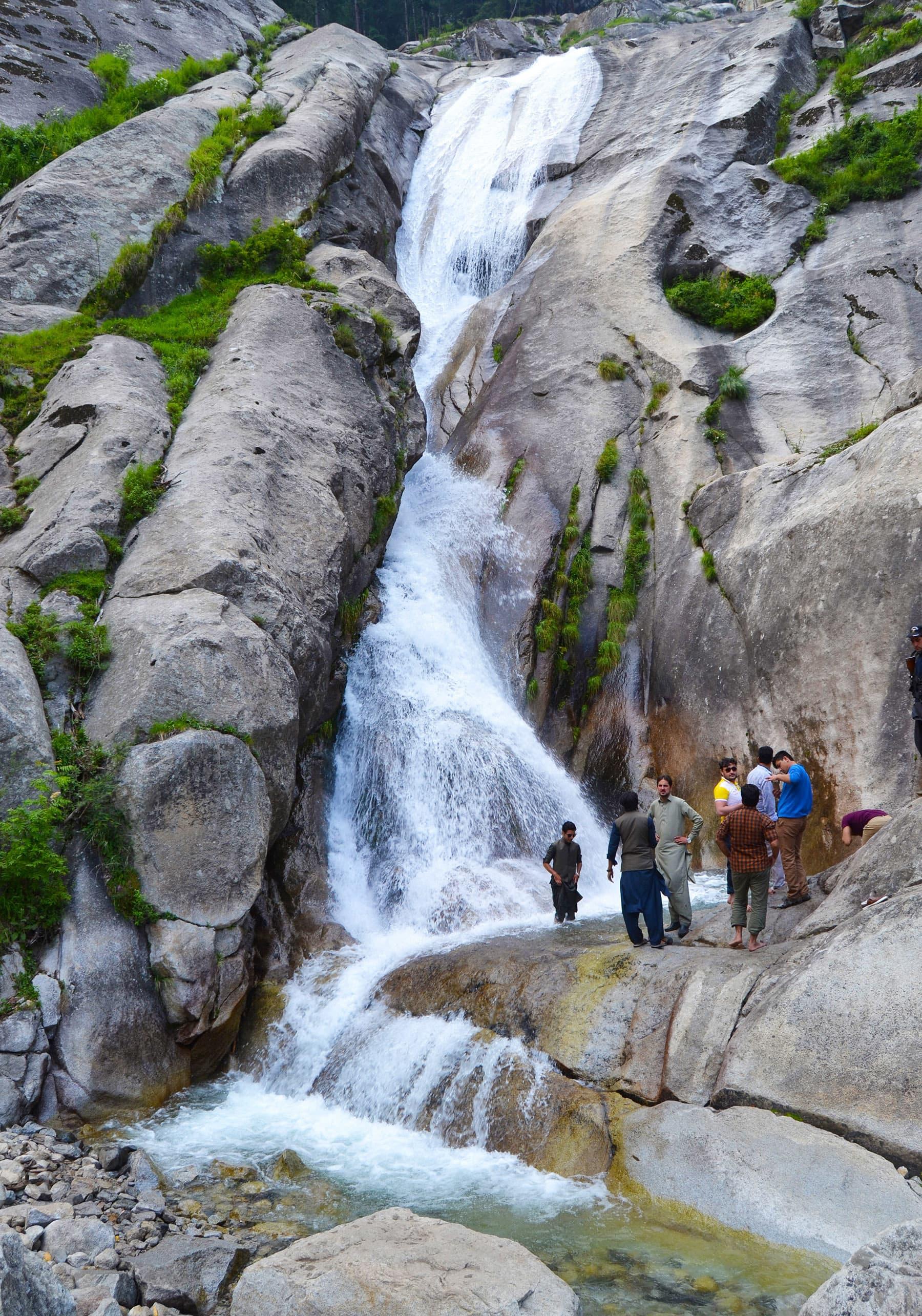 اس آبشار کی بلندی تقریباً 100 سے 120 فٹ تک ہے—عظمت اکبر
