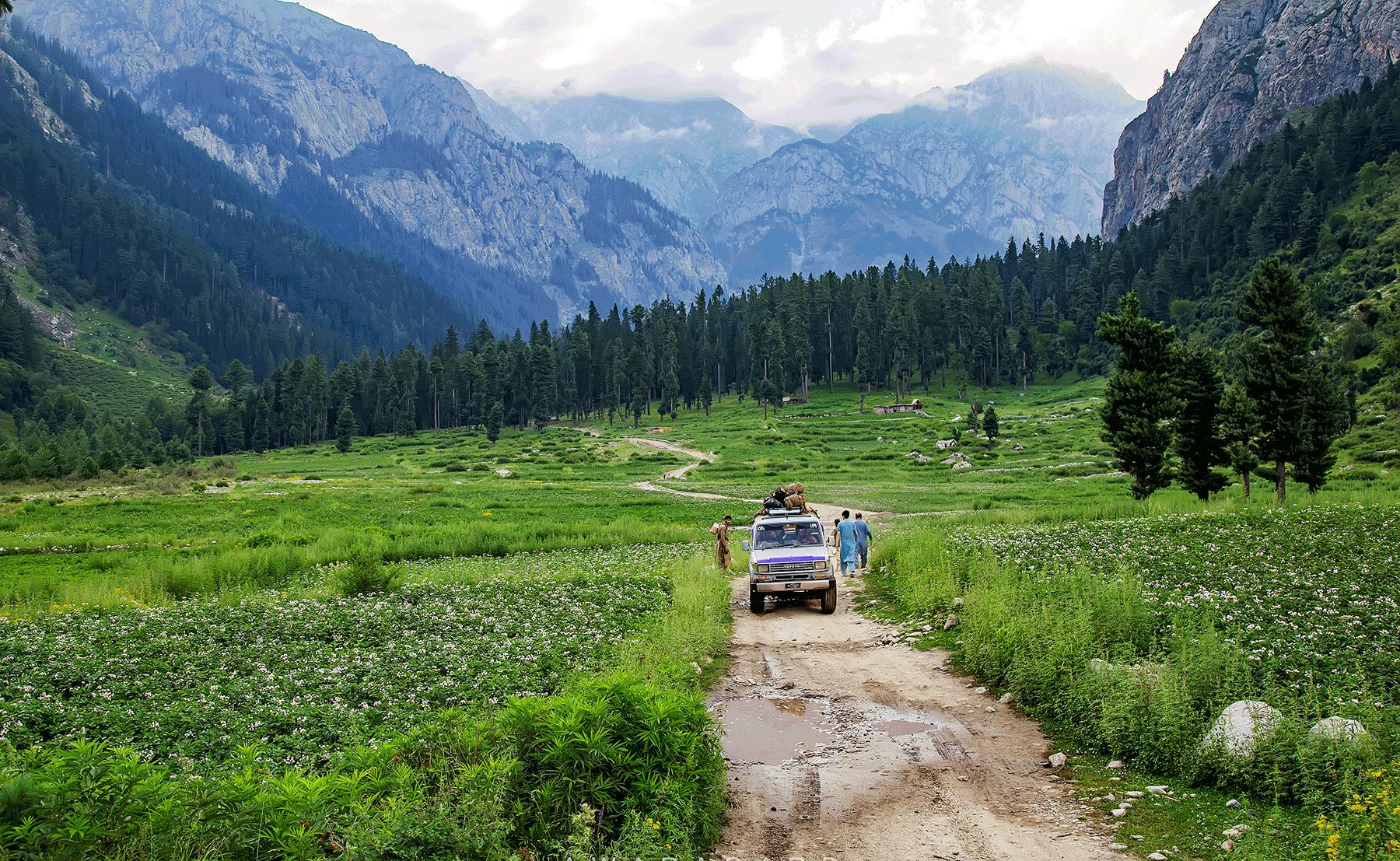 اب جنگل ختم ہو رہا تھا۔ آگے نہایت ہی وسیع میدان تھا جس کی ایک جانب جیپ ٹریک تھا اور دوسری جانب دریا—عظمت اکبر
