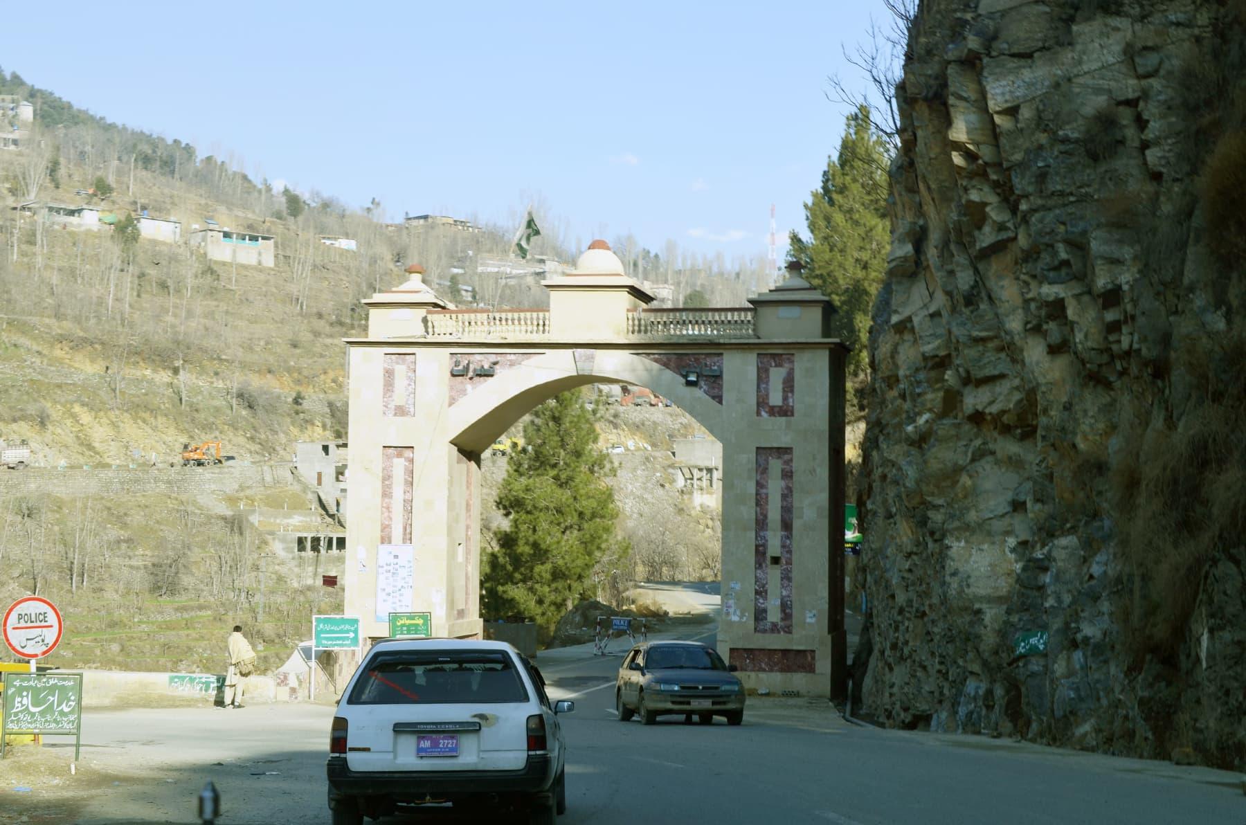 دیر اپر سے 500 میٹر قبل  یادگار فرید خان شہید (باب کمراٹ) سے شروع ہونے والی شاہراہ کے ذریعے شرینگل پہنچا جاسکتا ہے