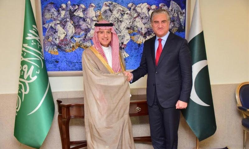 وزارت خارجہ پہنچنے پر وزیر خارجہ مخدوم شاہ محمود قریشی نے اپنے سعودی ہم منصب کا خیر مقدم کیا — فوٹو بشکریہ دفتر خارجہ