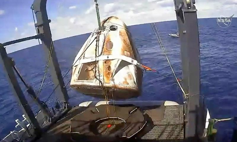 اسپیس ایکس کیپسول نے کامیابی سے زمین پر واپسی کا سفر مکمل کیا — فوٹو: اے پی