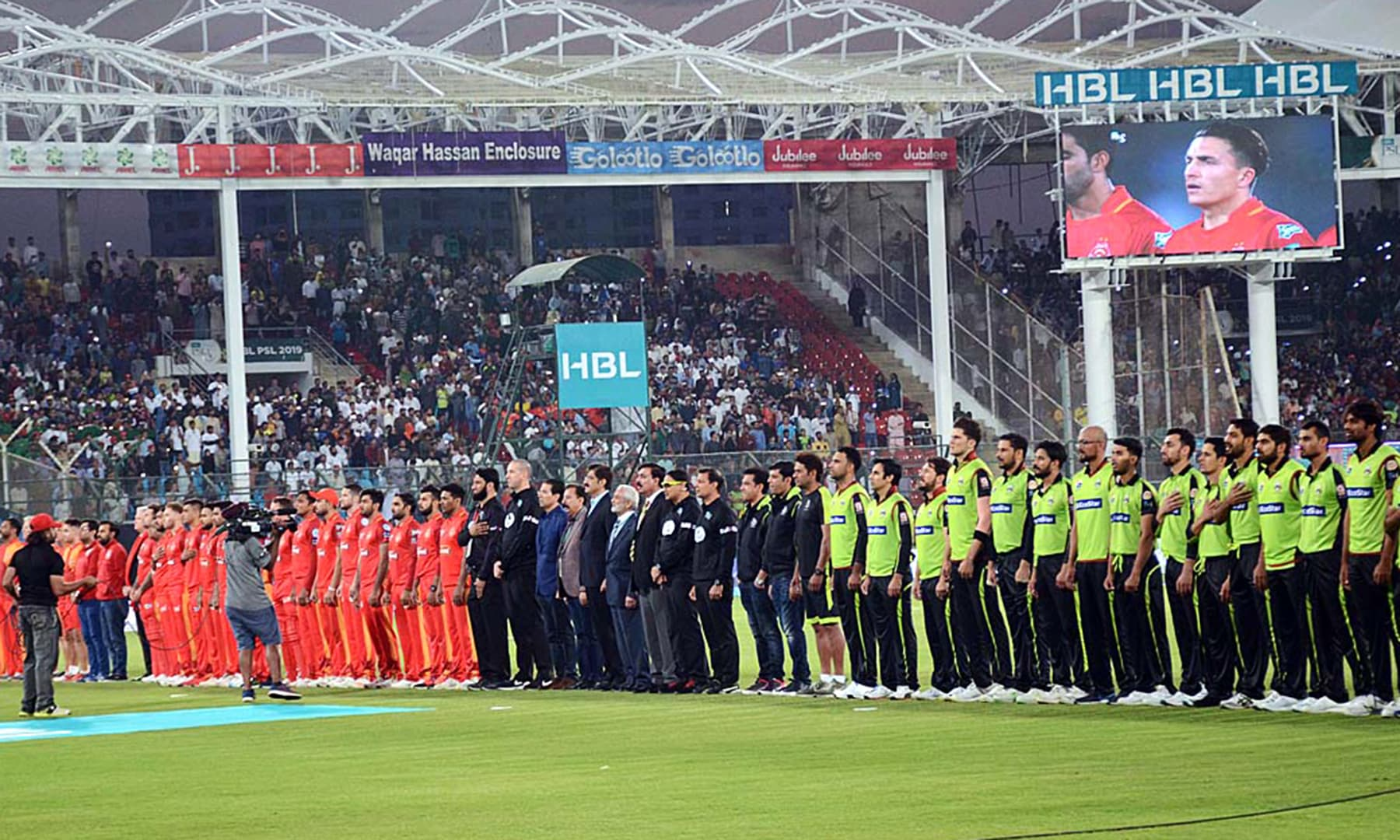 Sindh Chief Minister Syed Murad Ali Shah along with PCB Chairman Ehsan Mani and officials and players of Lahore Qalandars and Islamabad United teams standing as the National Anthem is played before the  start of  the match. — APP