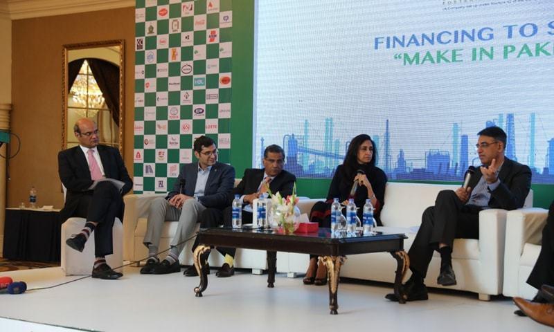 وزیر خزانہ اسد عمر پاکستان بزنس کونسل کے زیر اہتمام سیمینار 'فنانسنگ ٹو سپورٹ میک ان پاکستان' کے دوران گفتگو کر رہے تھے —  فوٹو: ڈان