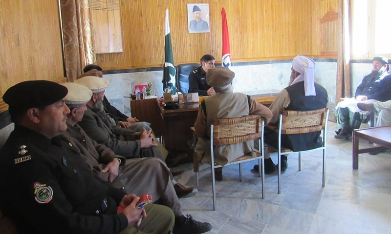 DPO Lower Kohistan seeks the support of ulema to root out honour-related killings and other crimes at his office. — Photo by author