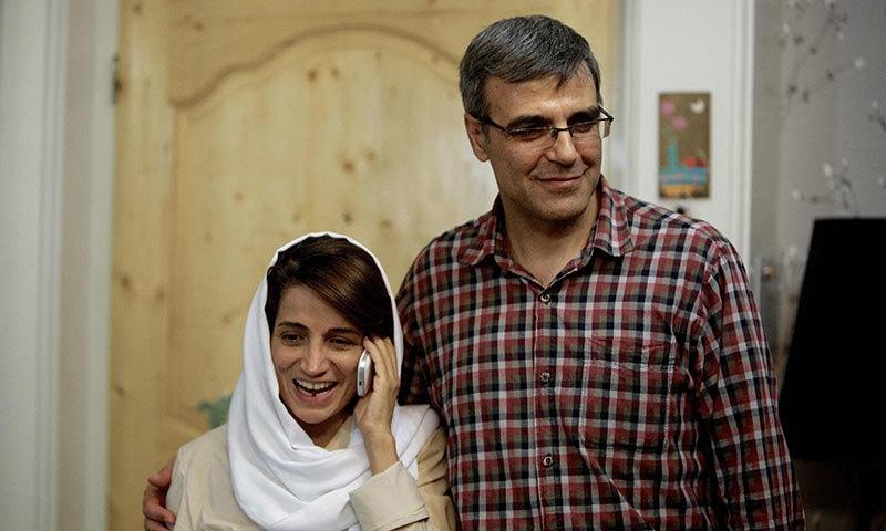 ایران کی انسانی حقوق کی خاتون وکیل نسرین ستودے اپنے شوہر رضا خاندان کے ہمراہ— فوٹو: اے ایف پی