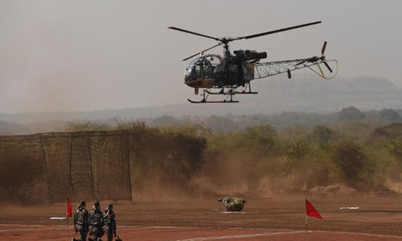 2011 میں  بھارتی آرمی کا چیتا ہیلی کاپٹر مغربی بھارت میں گر کر تباہ ہوا جس میں دونوں پائلٹس مارے گئے—اے ایف پی