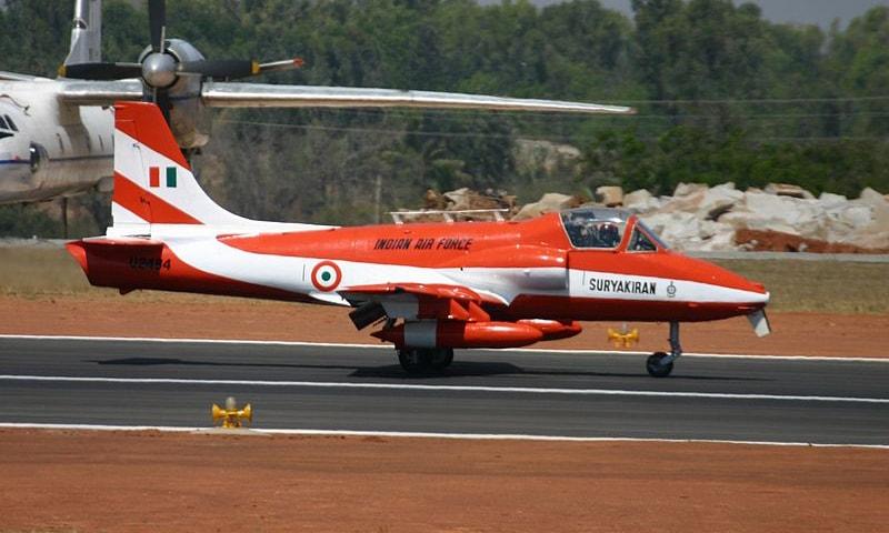 3 مارچ 2010 کو بھارتی فضائیہ کا ایچ اے ایل کرن ایم کے ٹو ایڈین ایوی ایشن شو میں عمارت سے ٹکرا کر تباہ ہوا—کری ایٹو کامنز